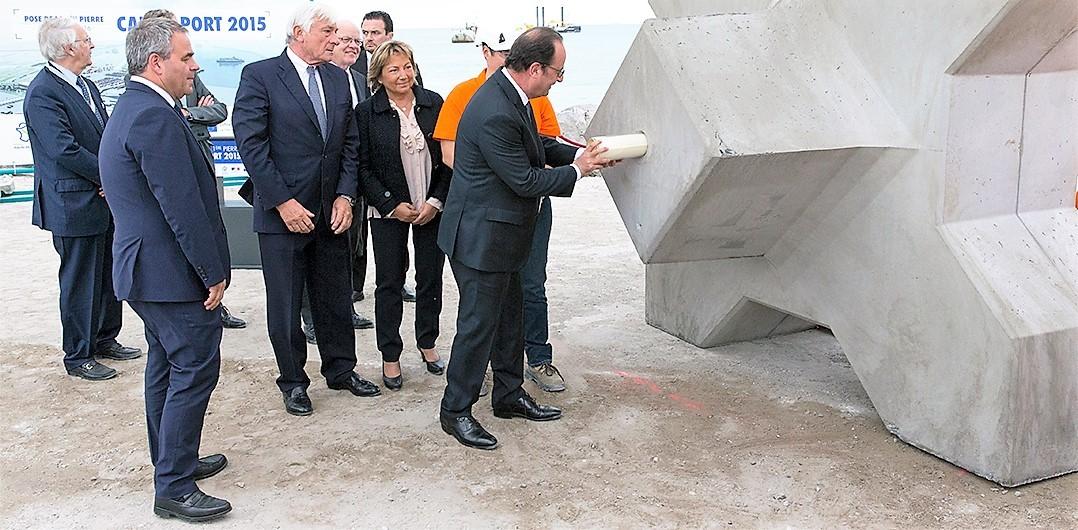 Pose symbolique de la première pierre Calais Port 2015