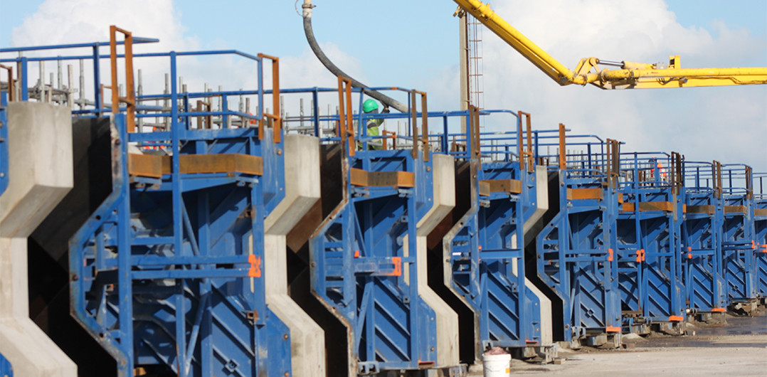 Production of the first Xblocs in the factory operating with concrete trucks and manual formwork