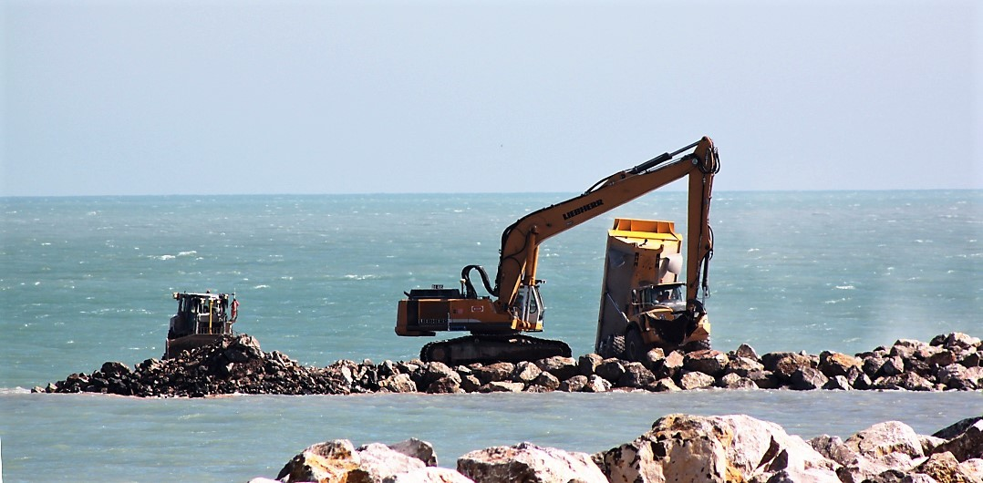 Travaux sur les premiers mètres en mer de la digue principale
