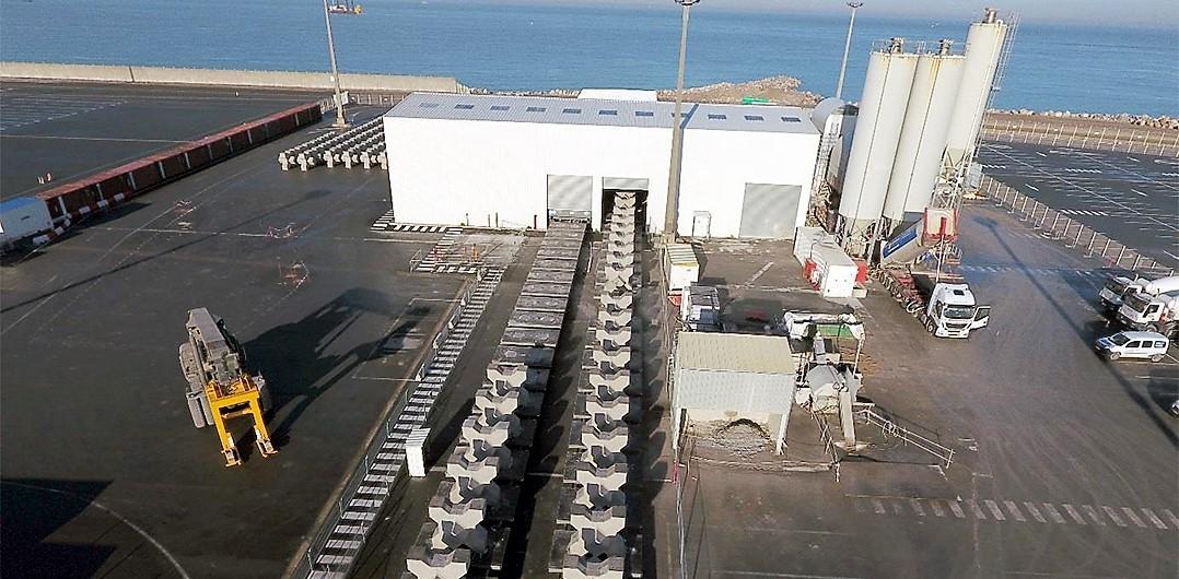 Vue aérienne de l'usine à Xblocs® et de la centrale à béton