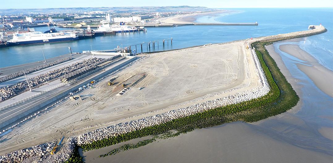 Vue aérienne du perré Est avec en arrière-plan le port actuel